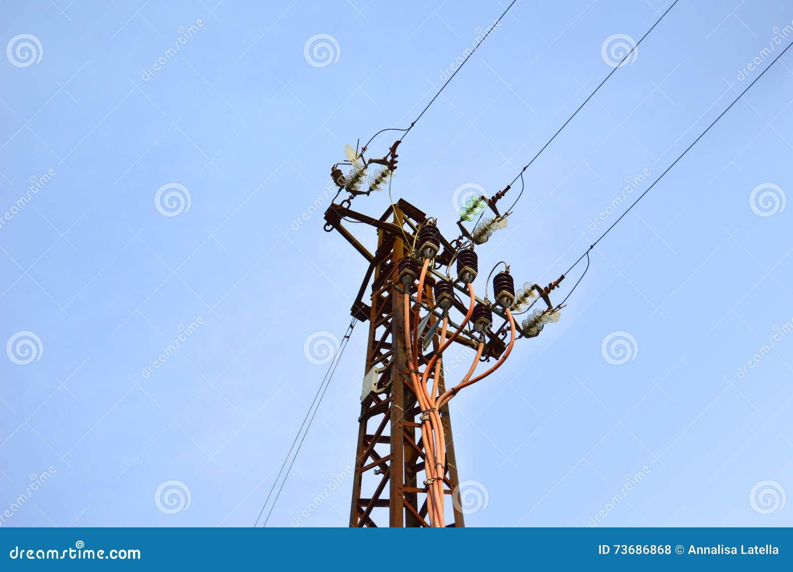 Blå himmel med telefonpolen