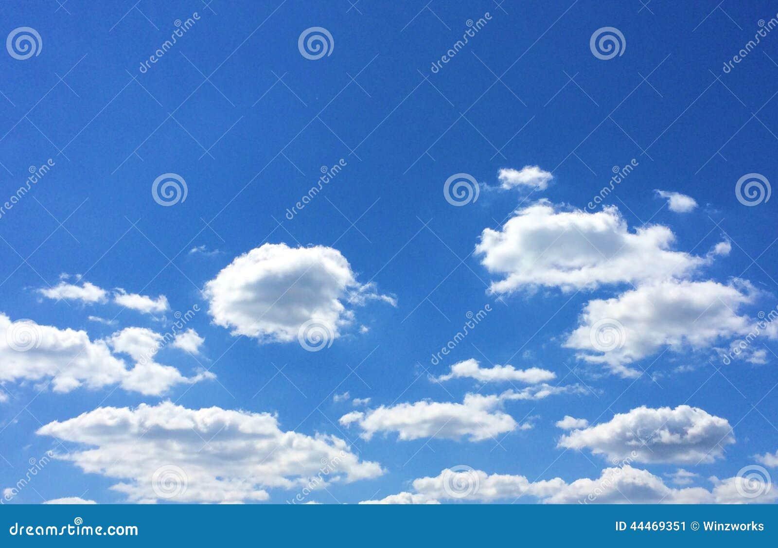 Blå himmel och vita pösiga moln