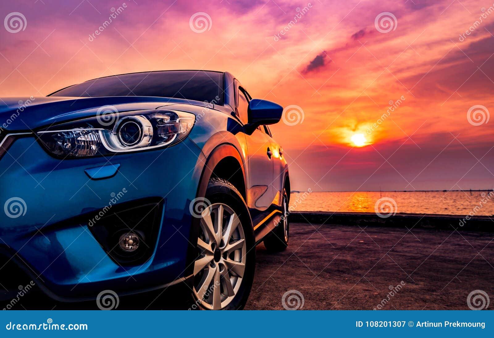 Blå kompakt SUV bil med sporten och den moderna designen som parkeras på conc