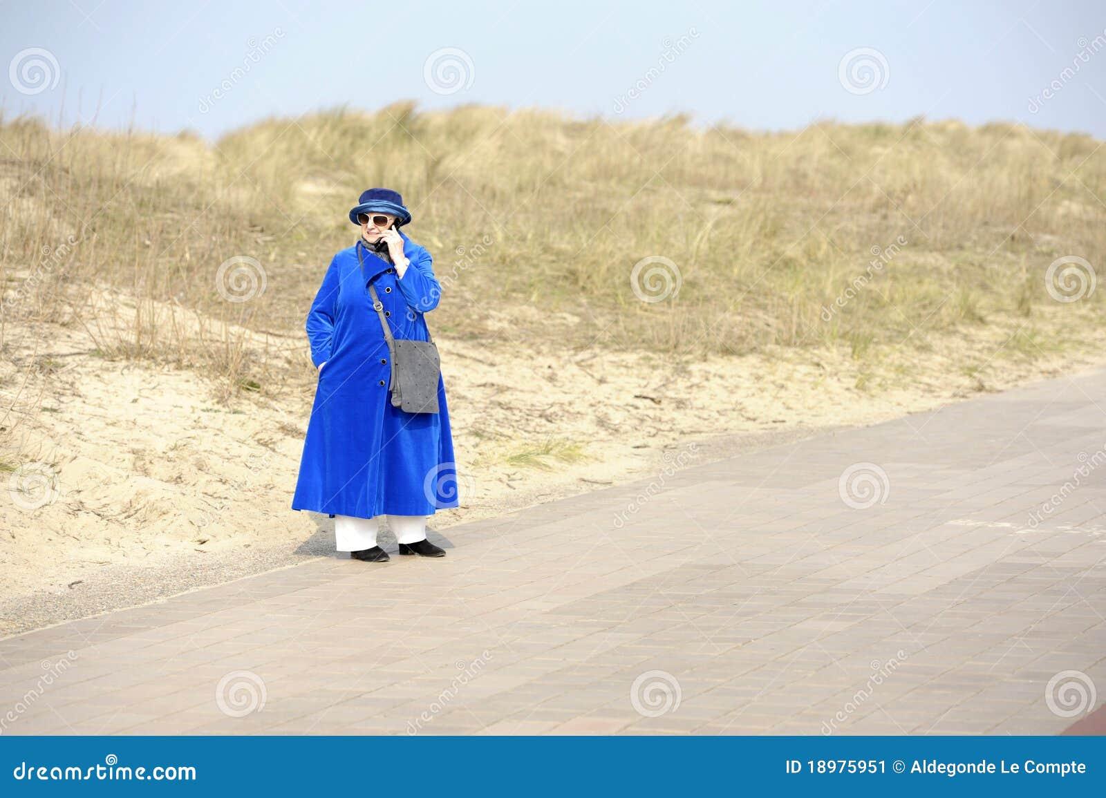 Blå kvinna för pensionär för celltelefon