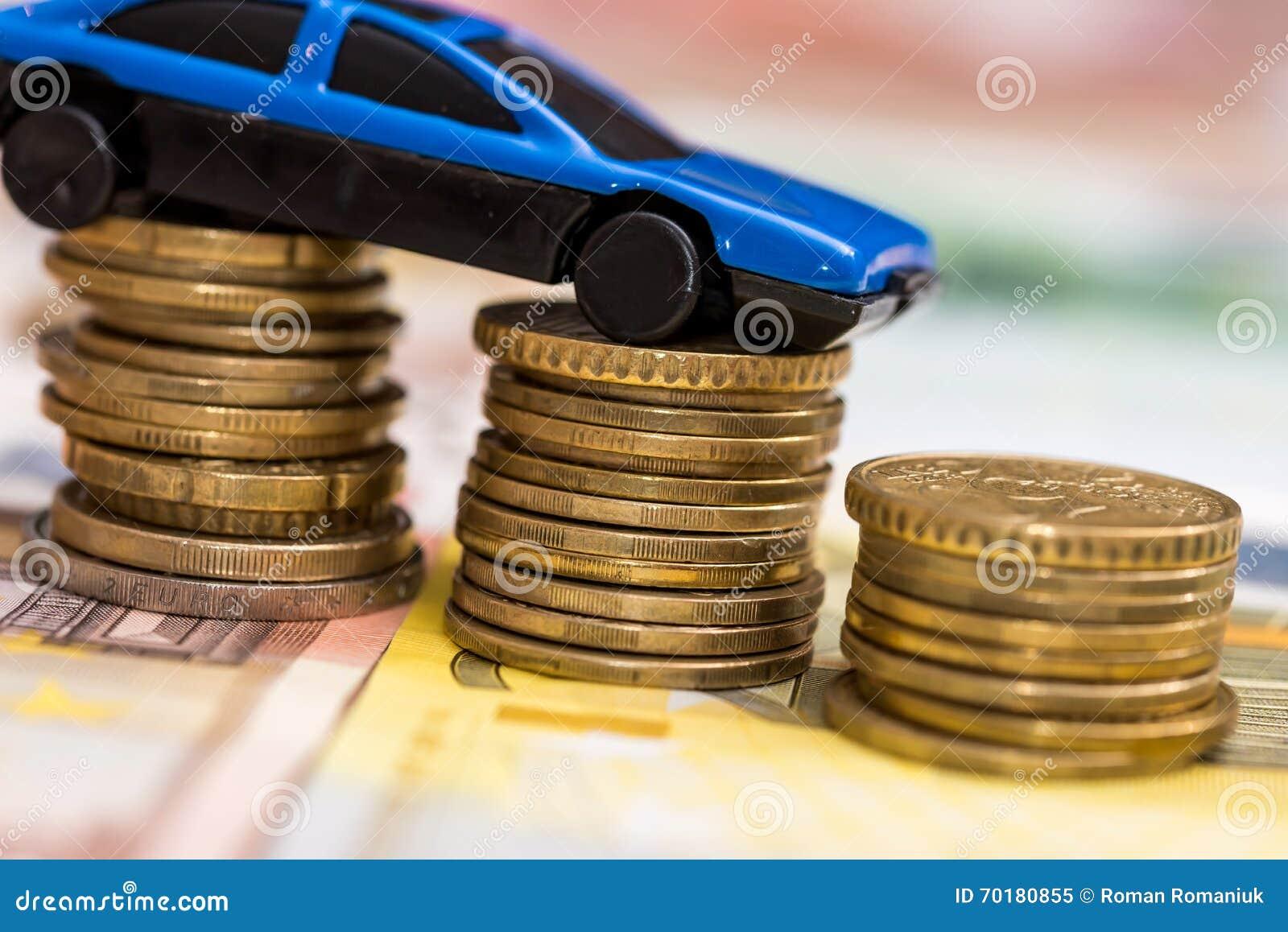 Blå leksakbil på mynt och euro