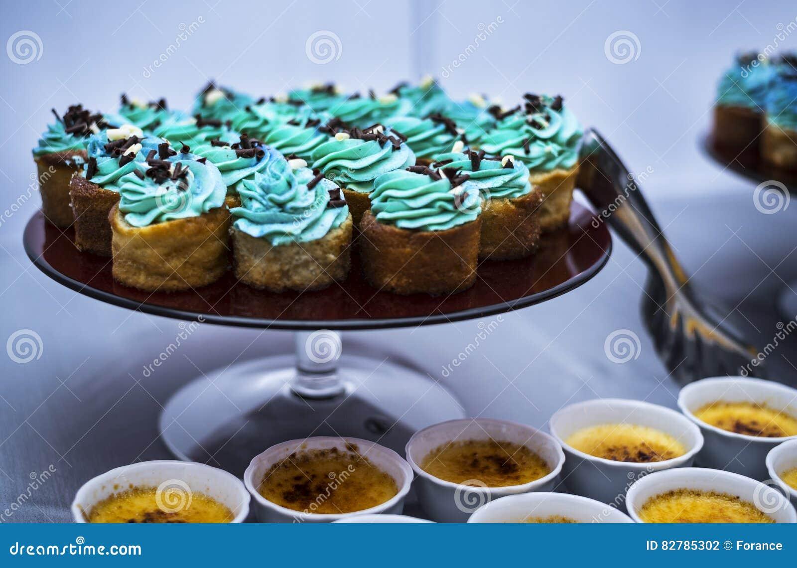 Blå muffin på plattan