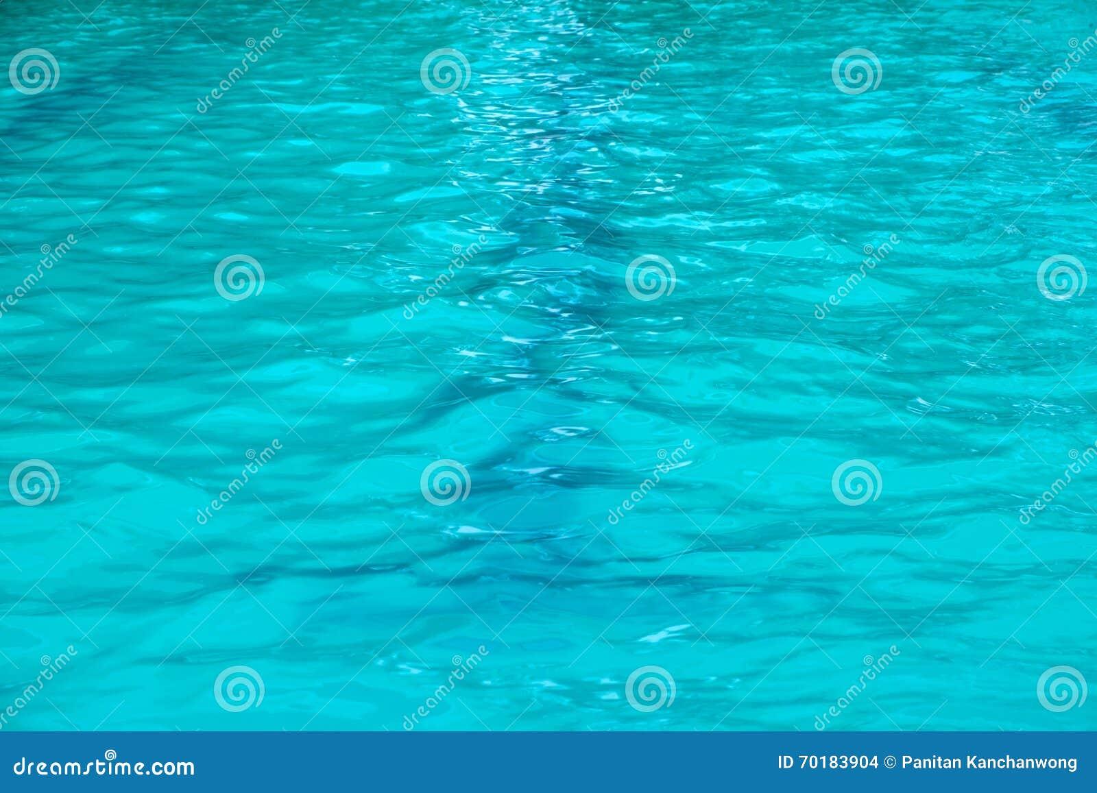 Blå simbassäng skvalpat vatten