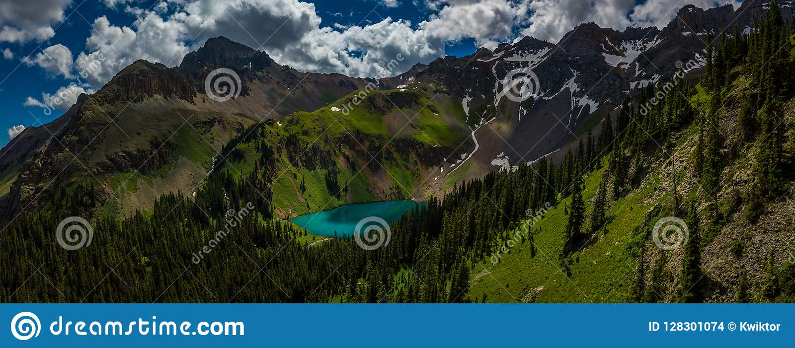 Blå sjö nära nära Ridgway Colorado med berget Sneffels, Dal