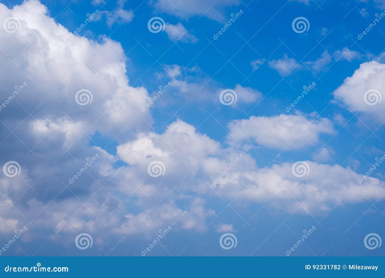 Blå sky för bakgrund