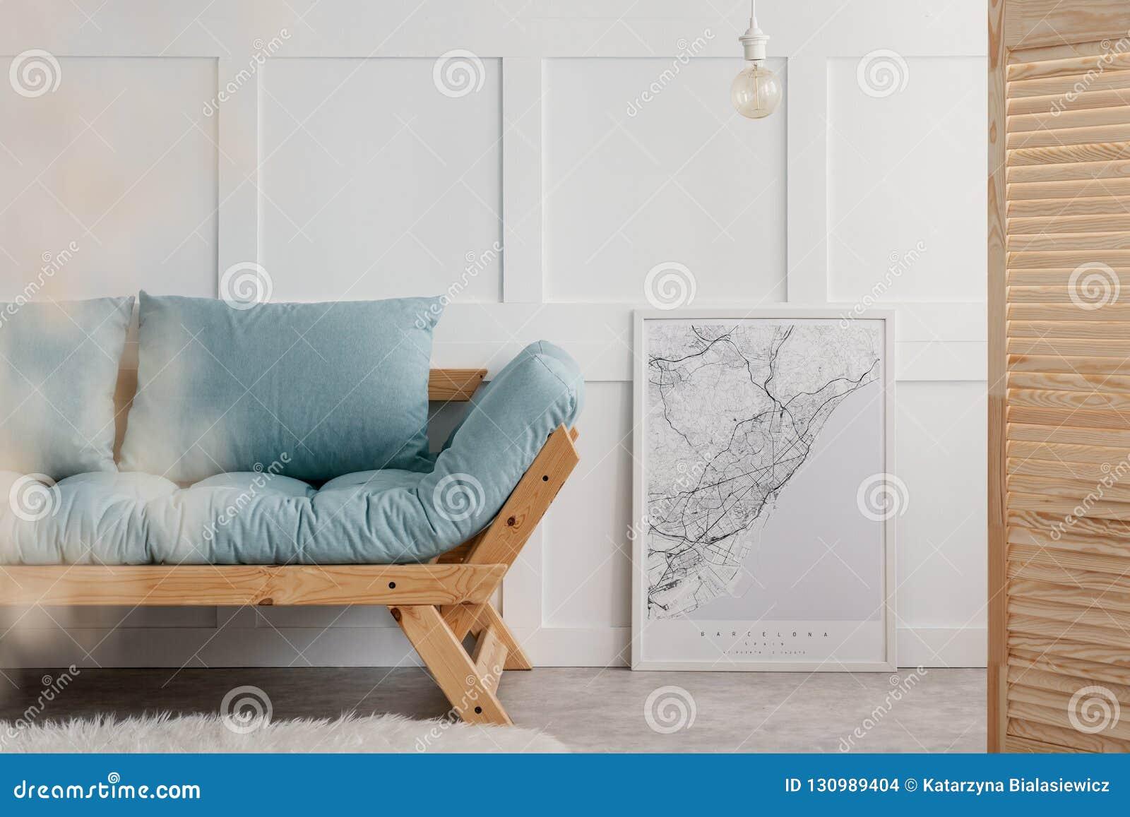 Blå soffa med kuddar i elegant vardagsruminre Verkligt foto med kopieringsutrymme på