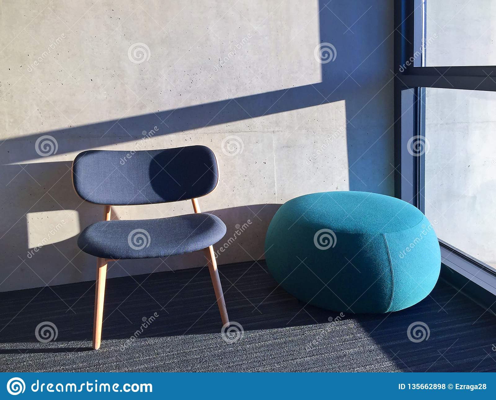 Blå stol i ett rum med fönstret