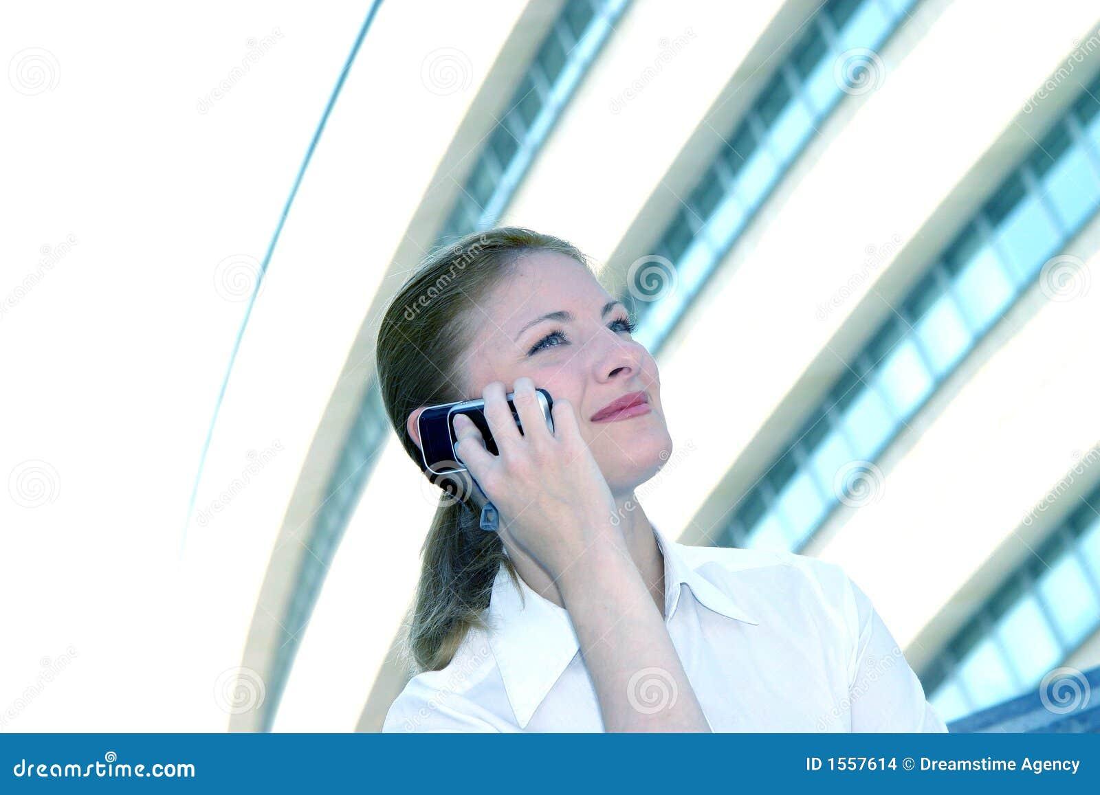 Blå ton för affärskvinnacelltelefon