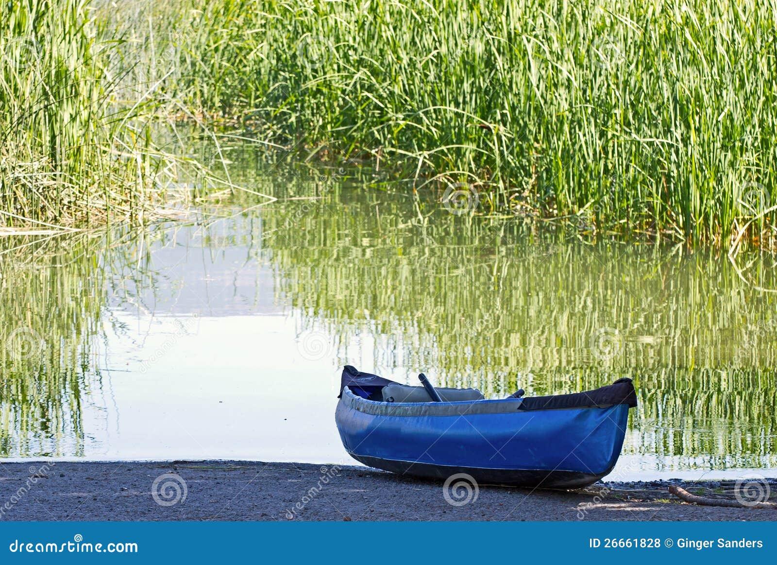 Royaltyfria foton: blå uppblåsbar kanot på floden