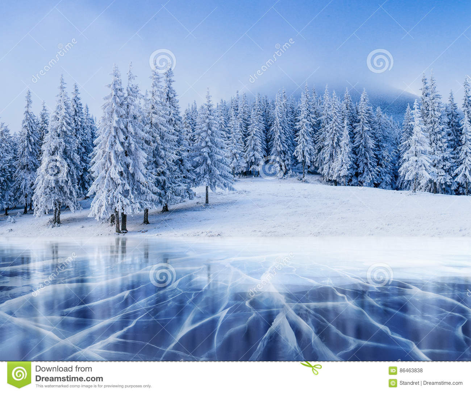 Blåa is och sprickor på yttersidan av