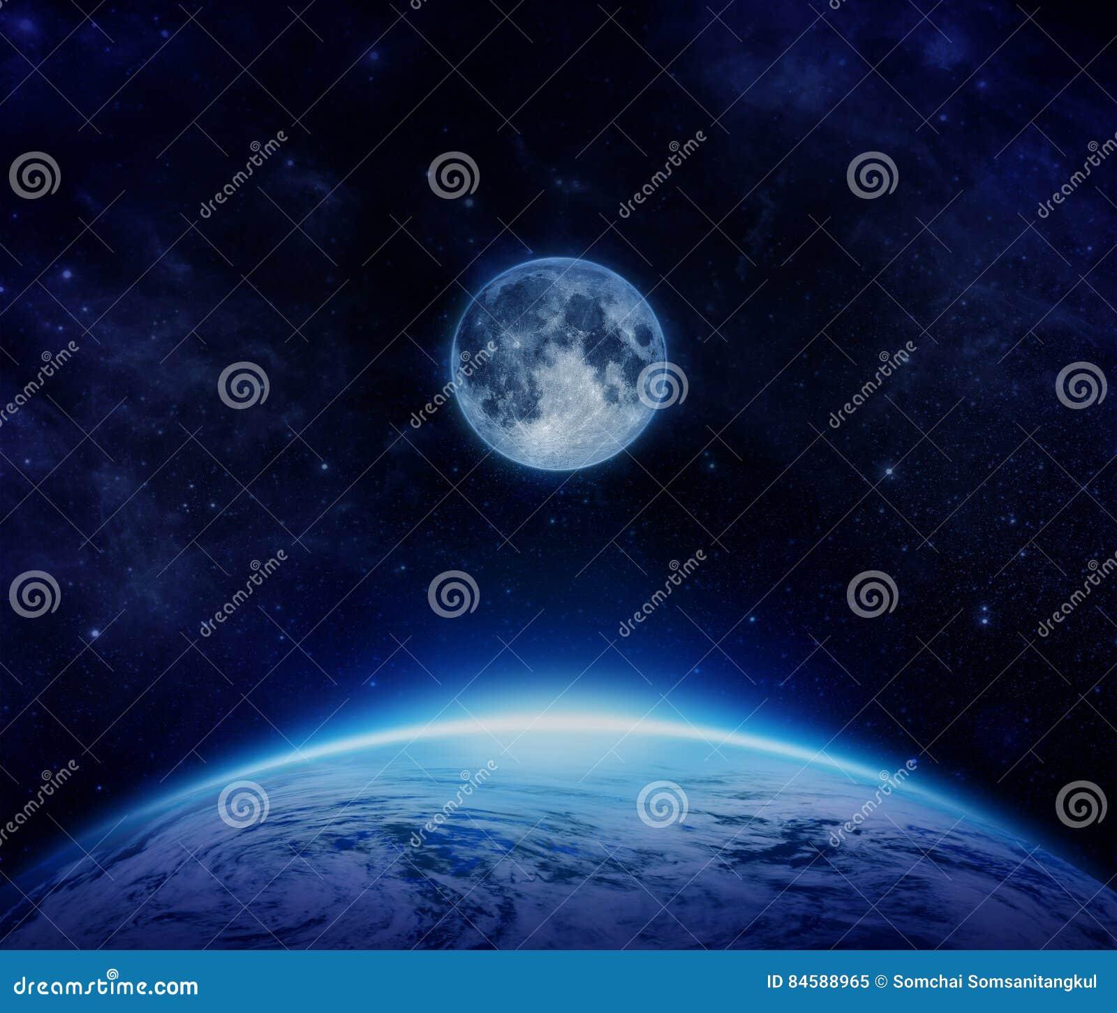 Blåa planetjord, måne och stjärnor från utrymme på himmel