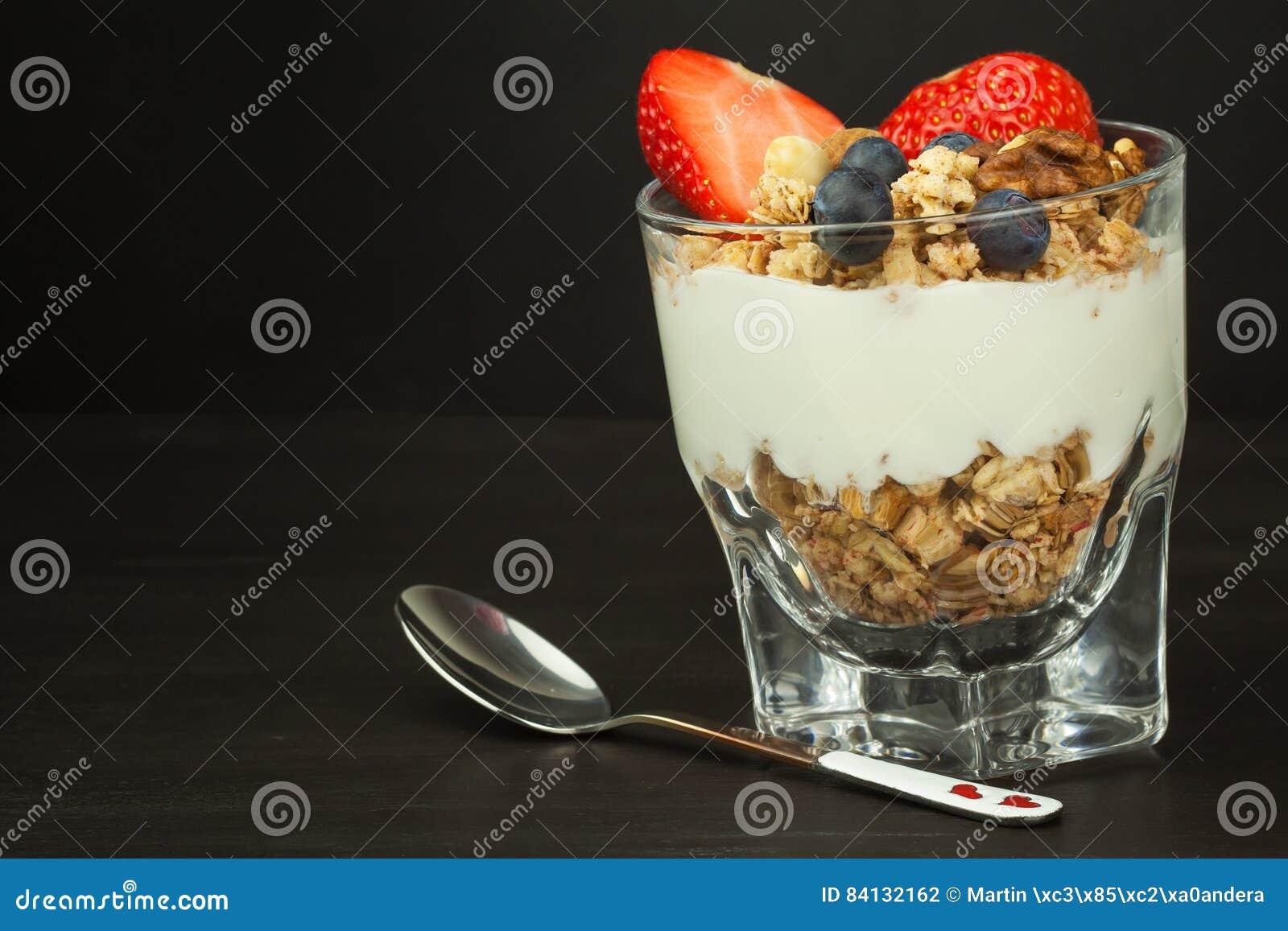 Blåbär och oatmeal Sund mat för ungar Yoghurt och frukt för idrottsman nen banta mat