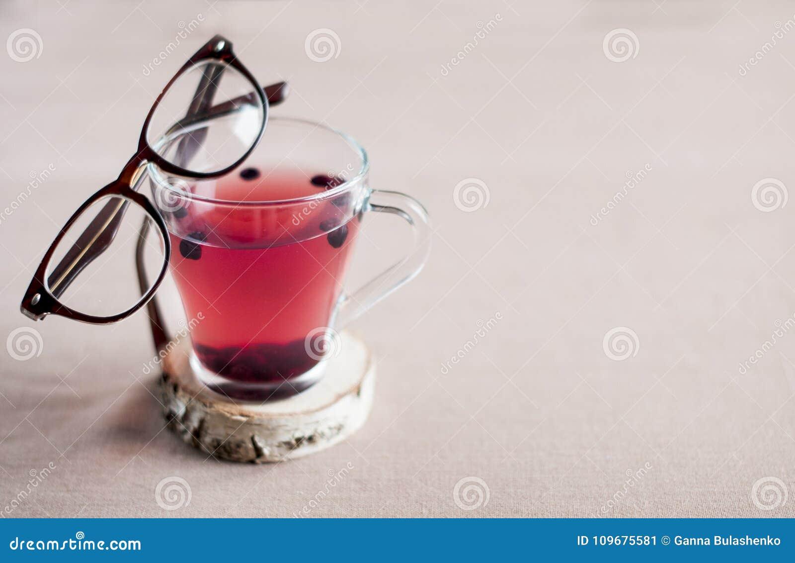 Blåbärte i en glass kopp och med exponeringsglas i en brun ram på den,