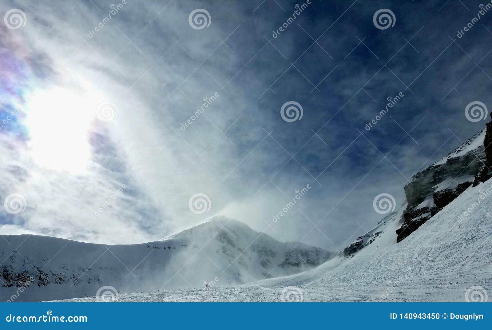 Blåsa livlig himmel för snö