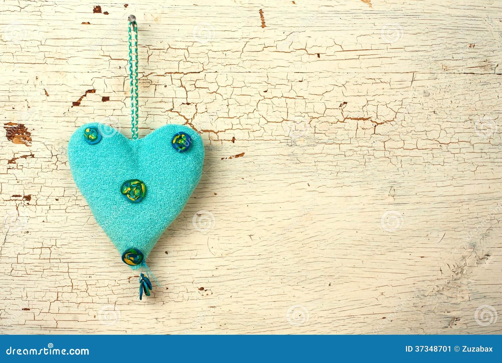 Blått   hjärtahand - som göras på en vit gammal trädörr
