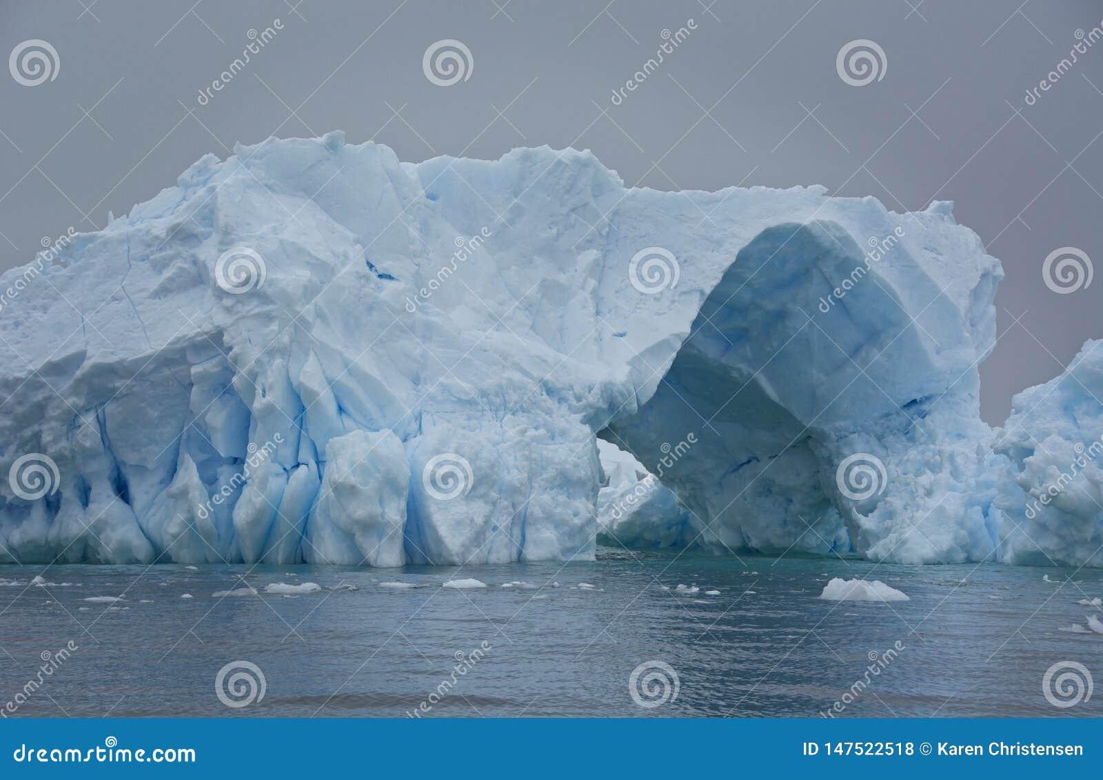 Blått isberg med passagen igenom