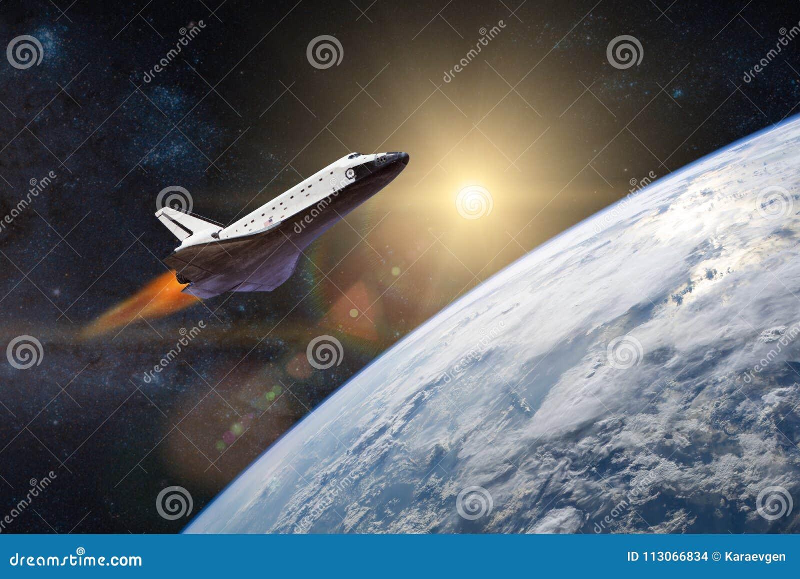 Blått jordplanet Rymdfärja som tar av på en beskickning