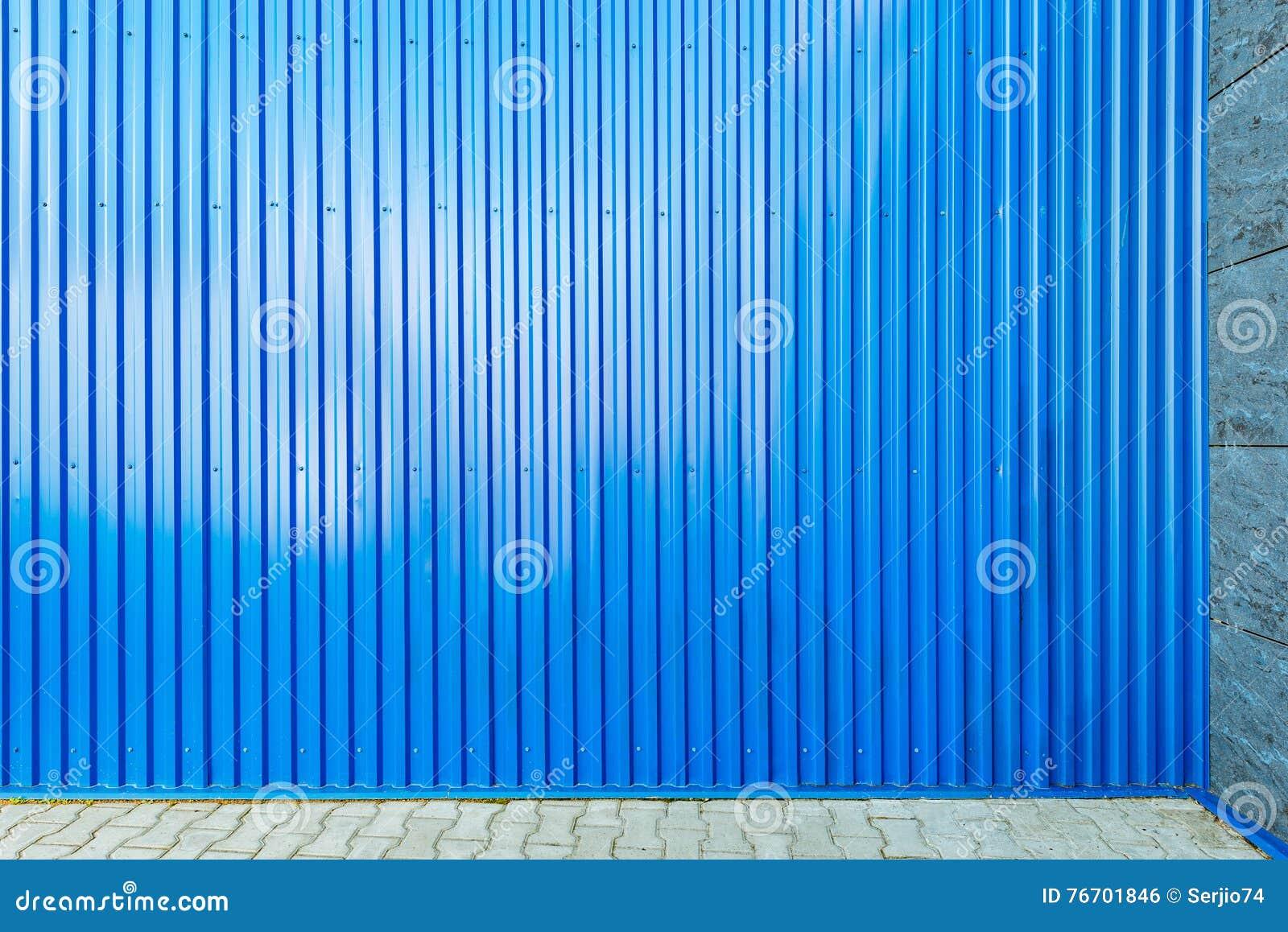Blått korrugerat metallstaket