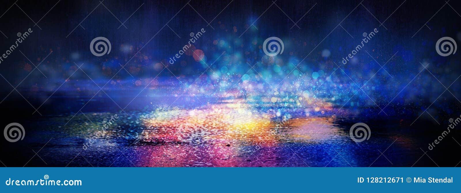 Blöta asfalt efter regn, reflexion av neonljus i pölar Ljusen av natten, neonstad abstrakt bakgrundsdark