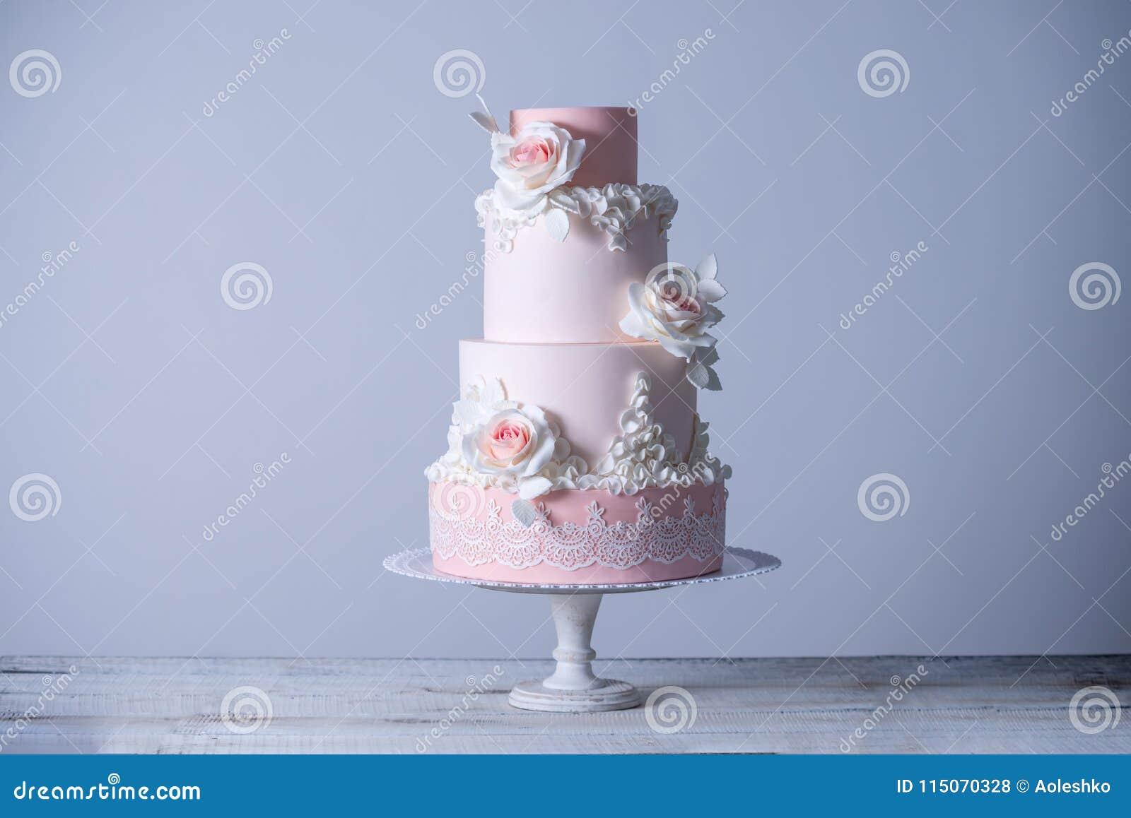 Blüht die abgestufte rosa Hochzeitstorte schöne elegante vier, die mit Rosen verziert wird Konzept mit Blumen vom Zuckermastix