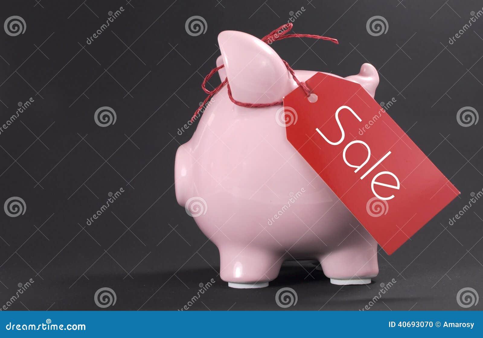 Black Friday-het winkelen verkoopconcept met het rode de markering van de kaartjesverkoop hangen van spaarvarken