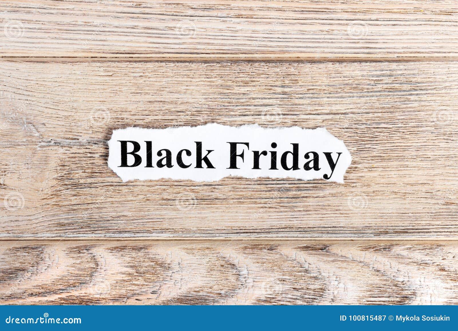 Black Friday-tekst op papier Word Black Friday op gescheurd document Het beeld van het concept