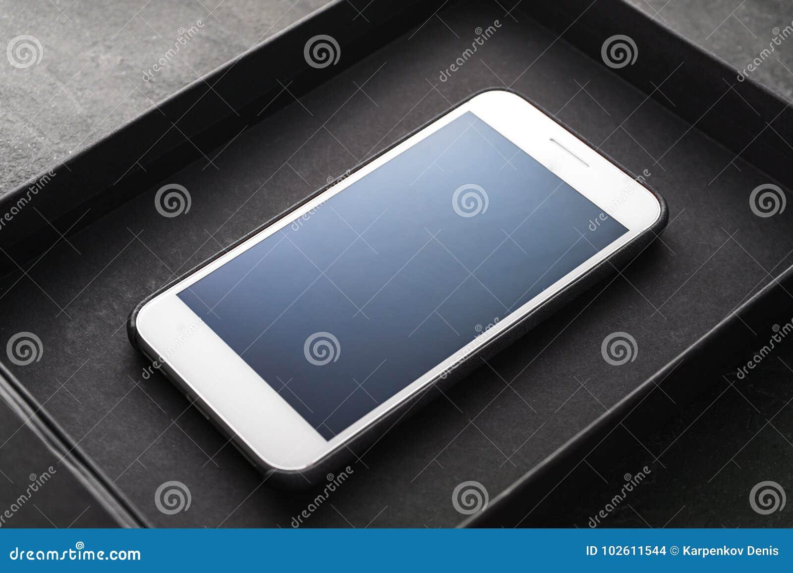 Black Friday, un nouveau téléphone dans une diagonale de boîte noire