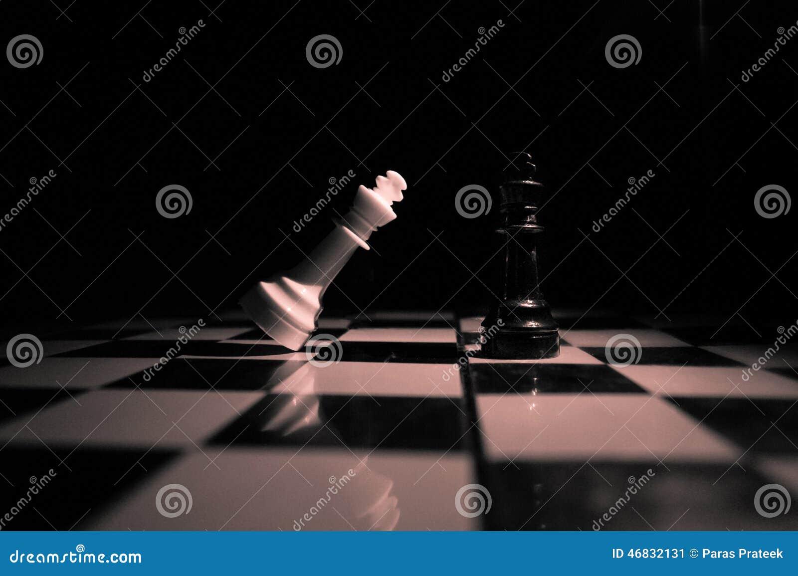 Black maten för förlust för viktign för leken för slutet för schacket för brädeaffärskontrollen, metafor sommonokromen över strat
