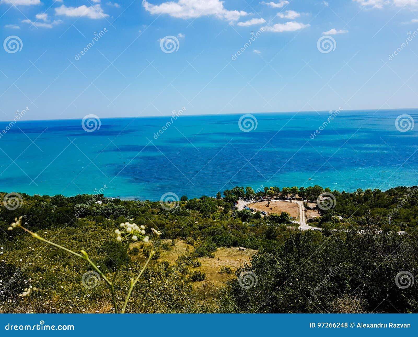 Black Sea seglar utmed kusten