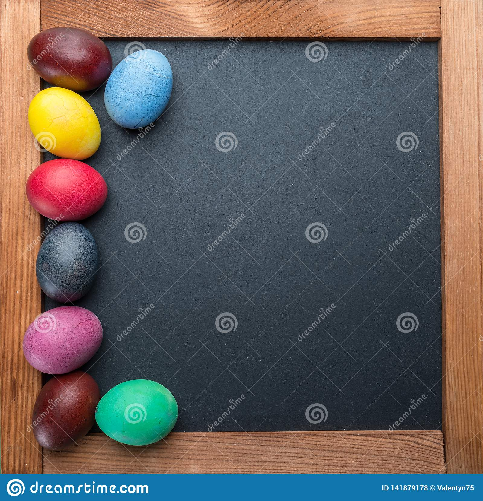 Blackboard i kolorowi Wielkanocni jajka na nim na widok