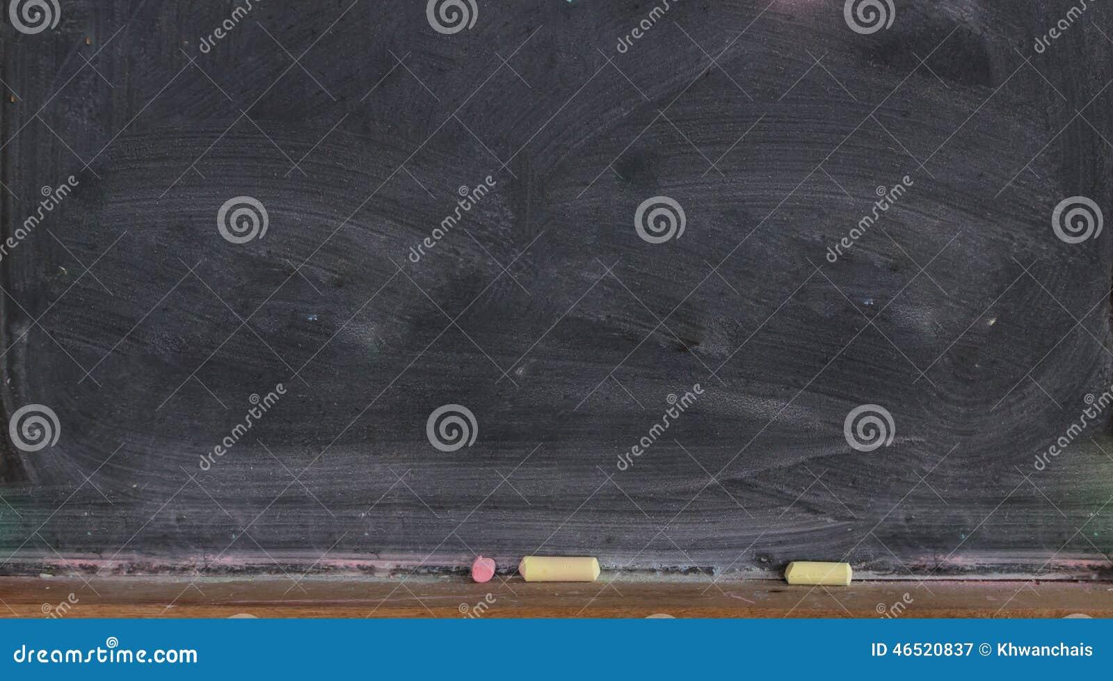 Blackboard z barwionym pisze kredą