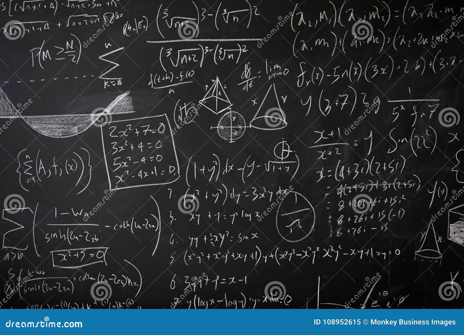 Blackboard z statystykami, równaniami i pomysłami maths,