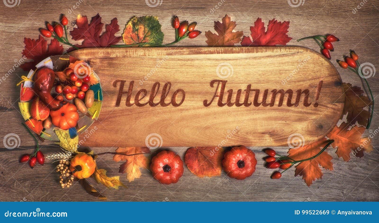 Blackboard z teksta ` jesieni ` z spadek dekoracjami Cześć