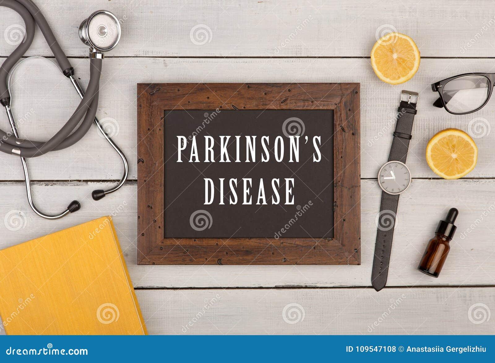 Blackboard z tekstem & x22; Parkinson& x27; s disease& x22; , książka, stetoskop i zegarek,