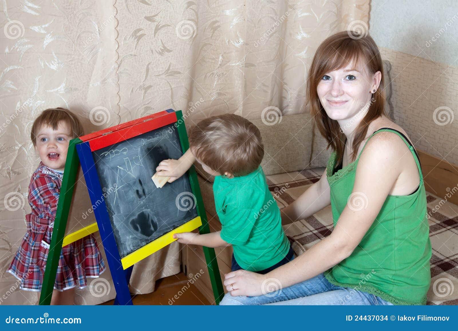 Blackboardbarn tecknar kvinnan