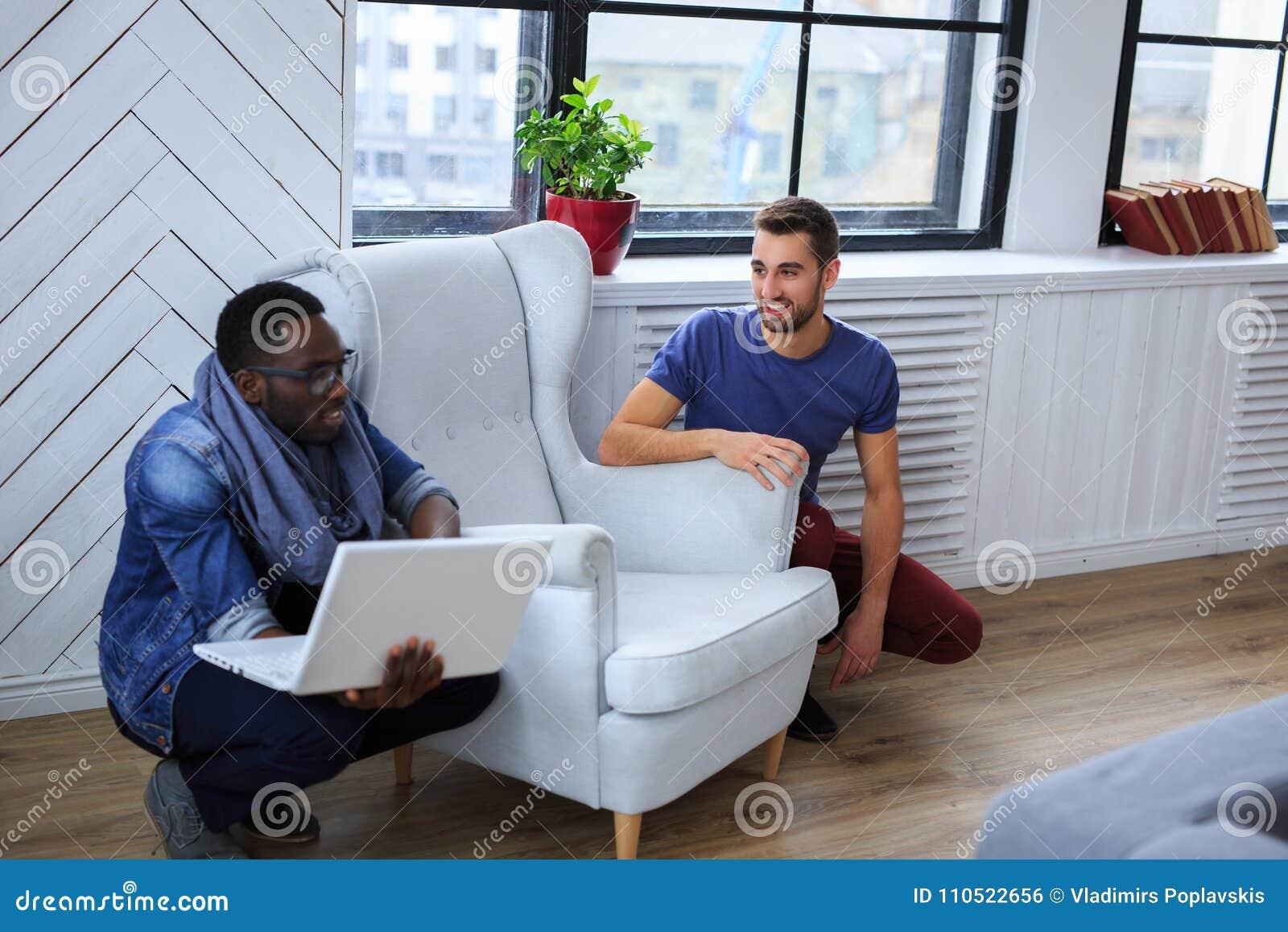 Blackman i biały facet warking z laptopem