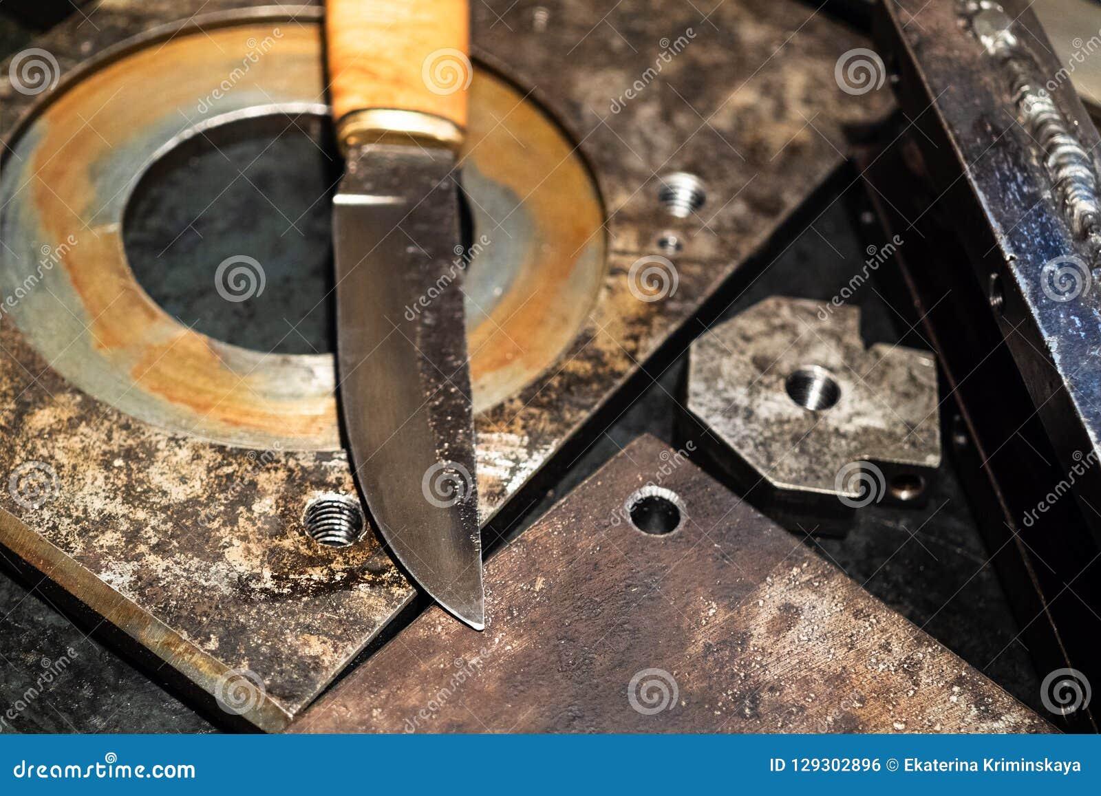 Blad av det falska knivslutet upp på metallarbetsbänken