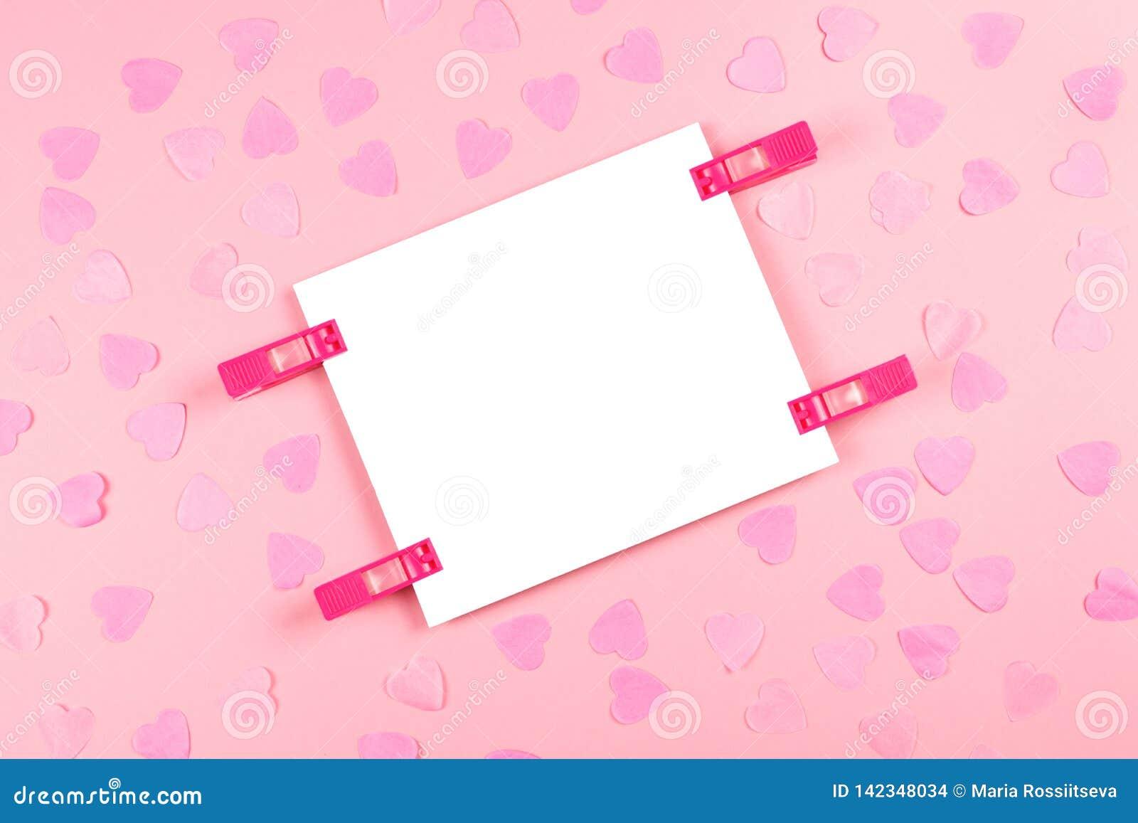 Blad van document op roze verfraaide achtergrond