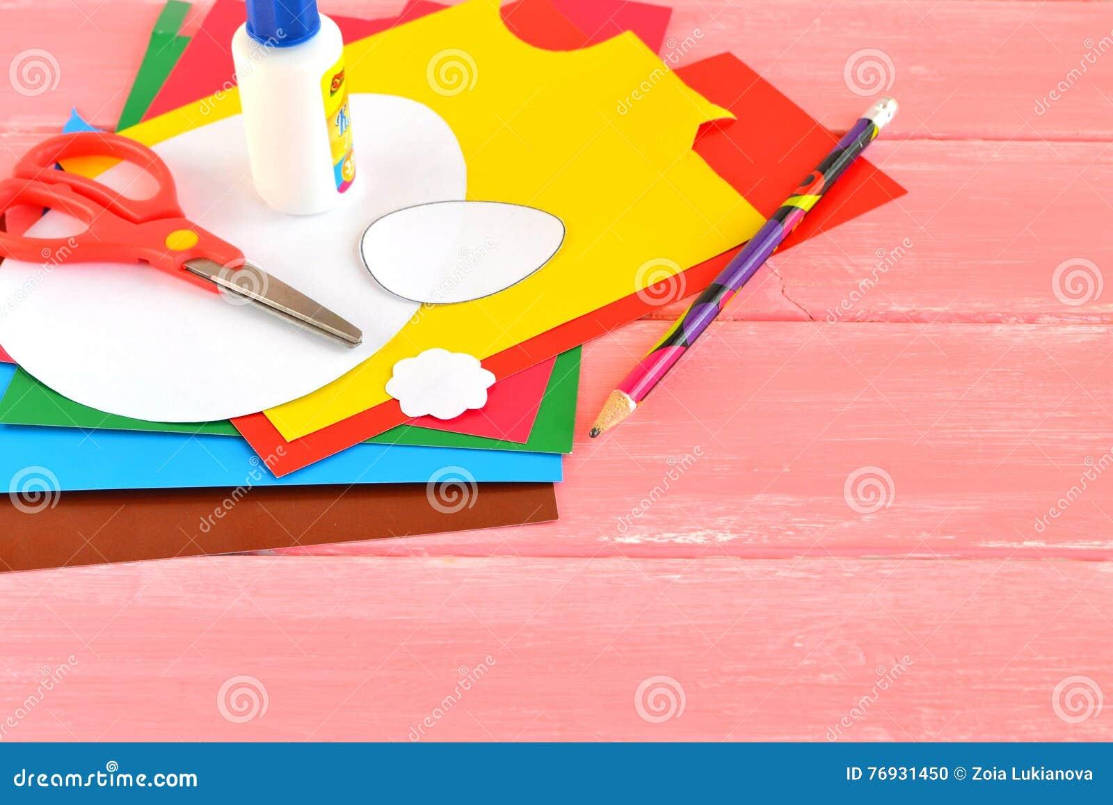 Bladen van document, schaar, lijm, potlood, document malplaatjeseieren Reeks voor kinderencreativiteit Levering voor het maken va