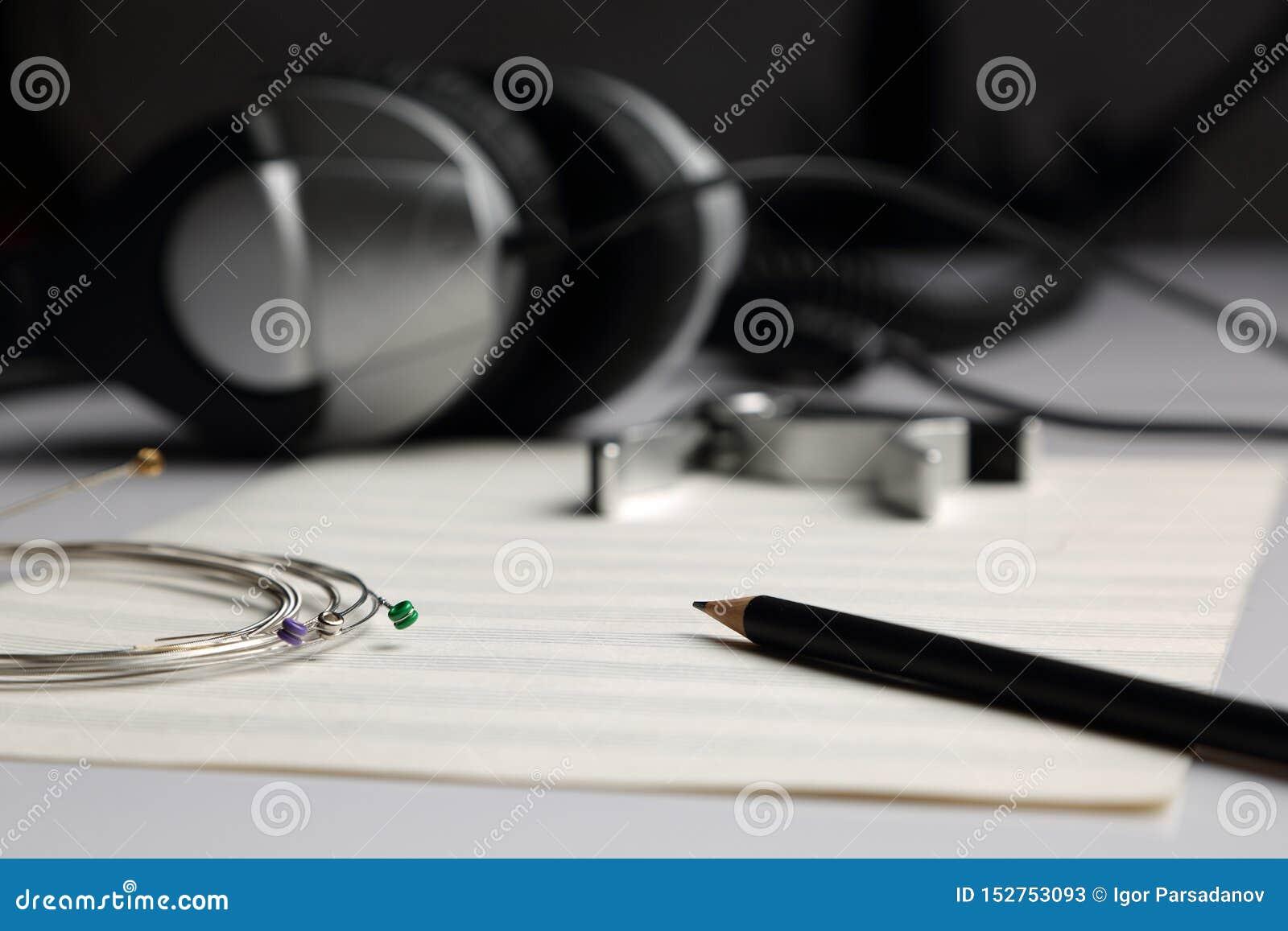 Bladmuziek, potlood, koorden en hoofdtelefoons