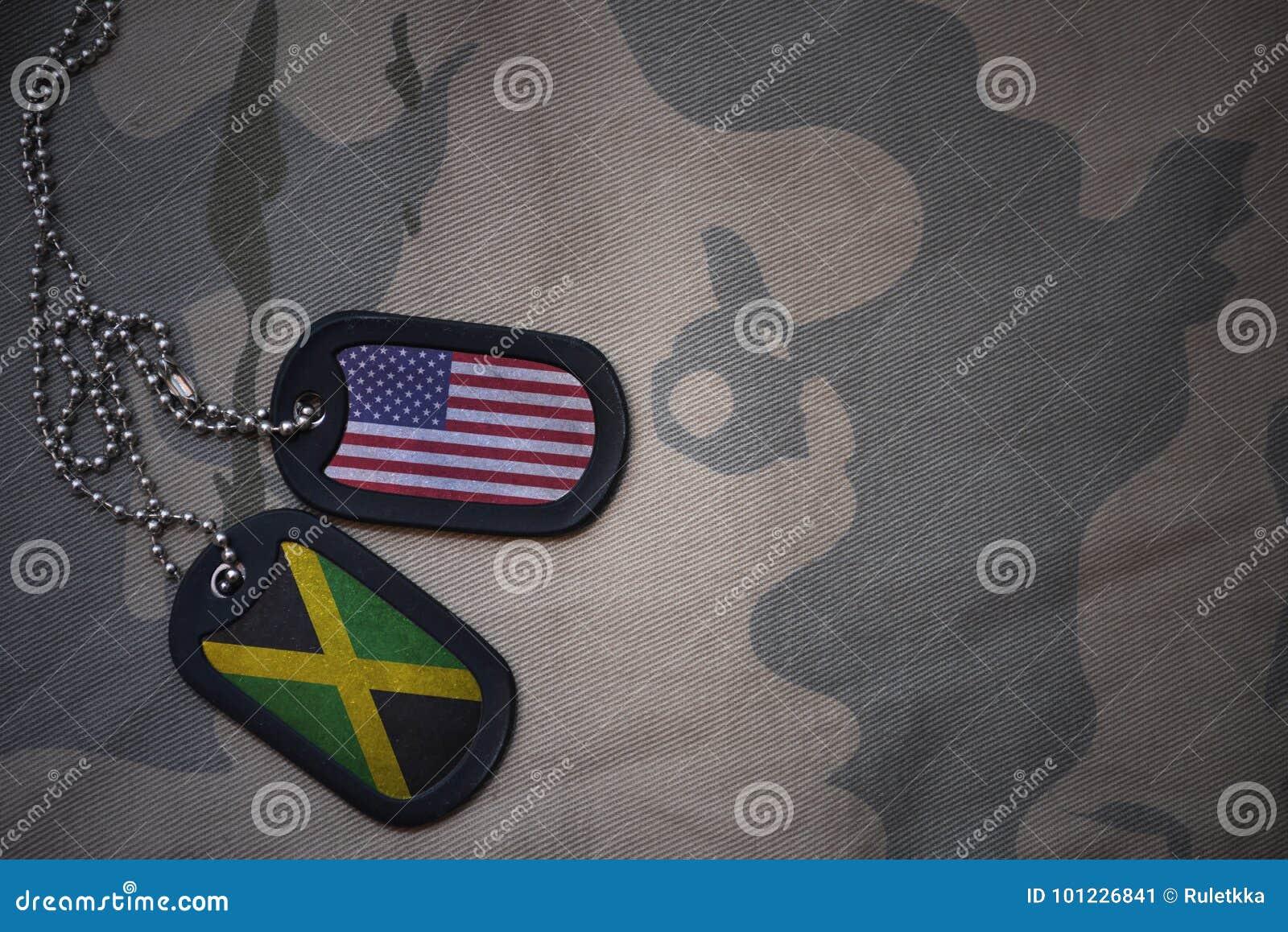 Blanc d armée, étiquette de chien avec le drapeau des Etats-Unis d Amérique et la Jamaïque sur le fond kaki de texture