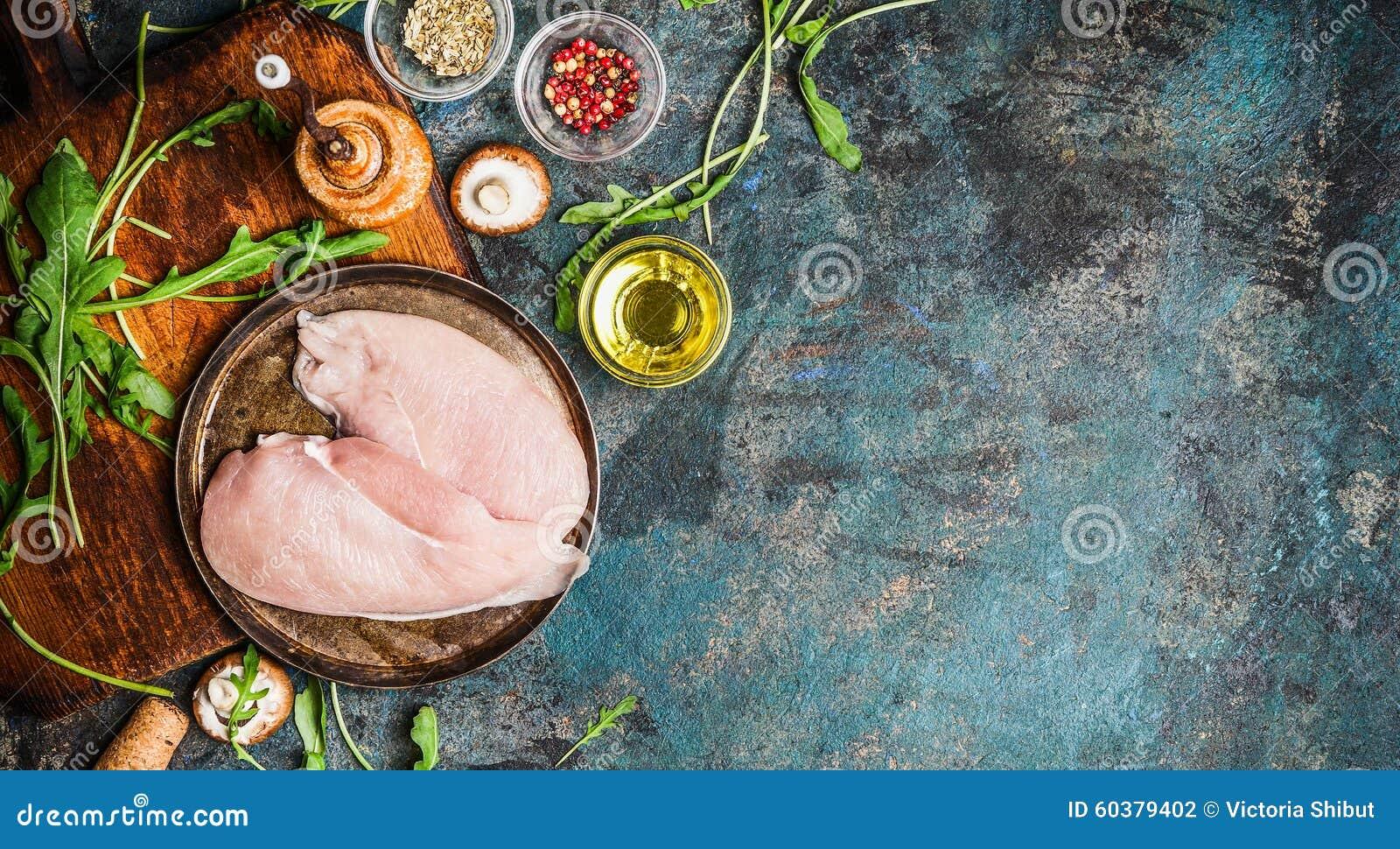 Blanc de poulet cru et ingrédients frais pour faire cuire sur le fond rustique bleu, vue supérieure, bannière