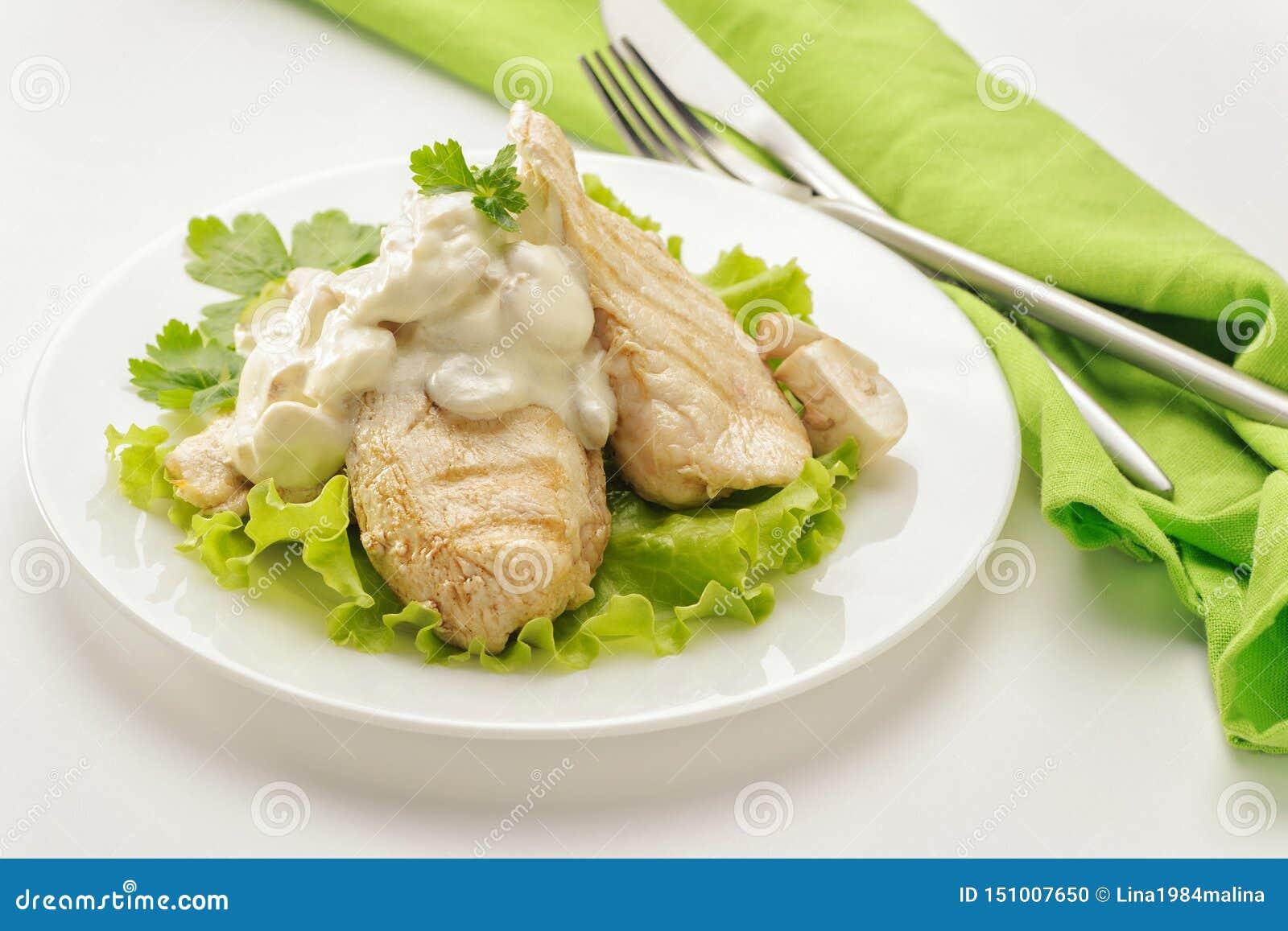 Blanc de poulet frit avec de la sauce crème