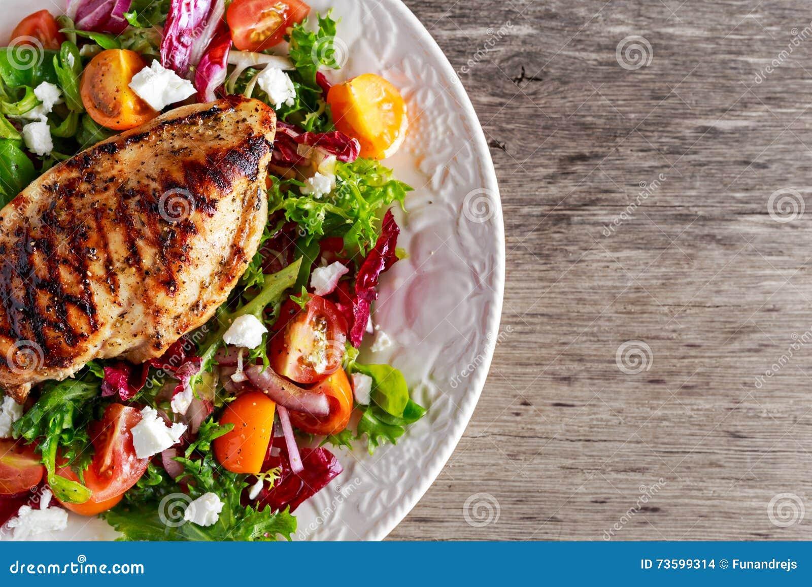 Blanc de poulet grillé avec de la salade fraîche de légumes de tomates Nourriture saine de concept