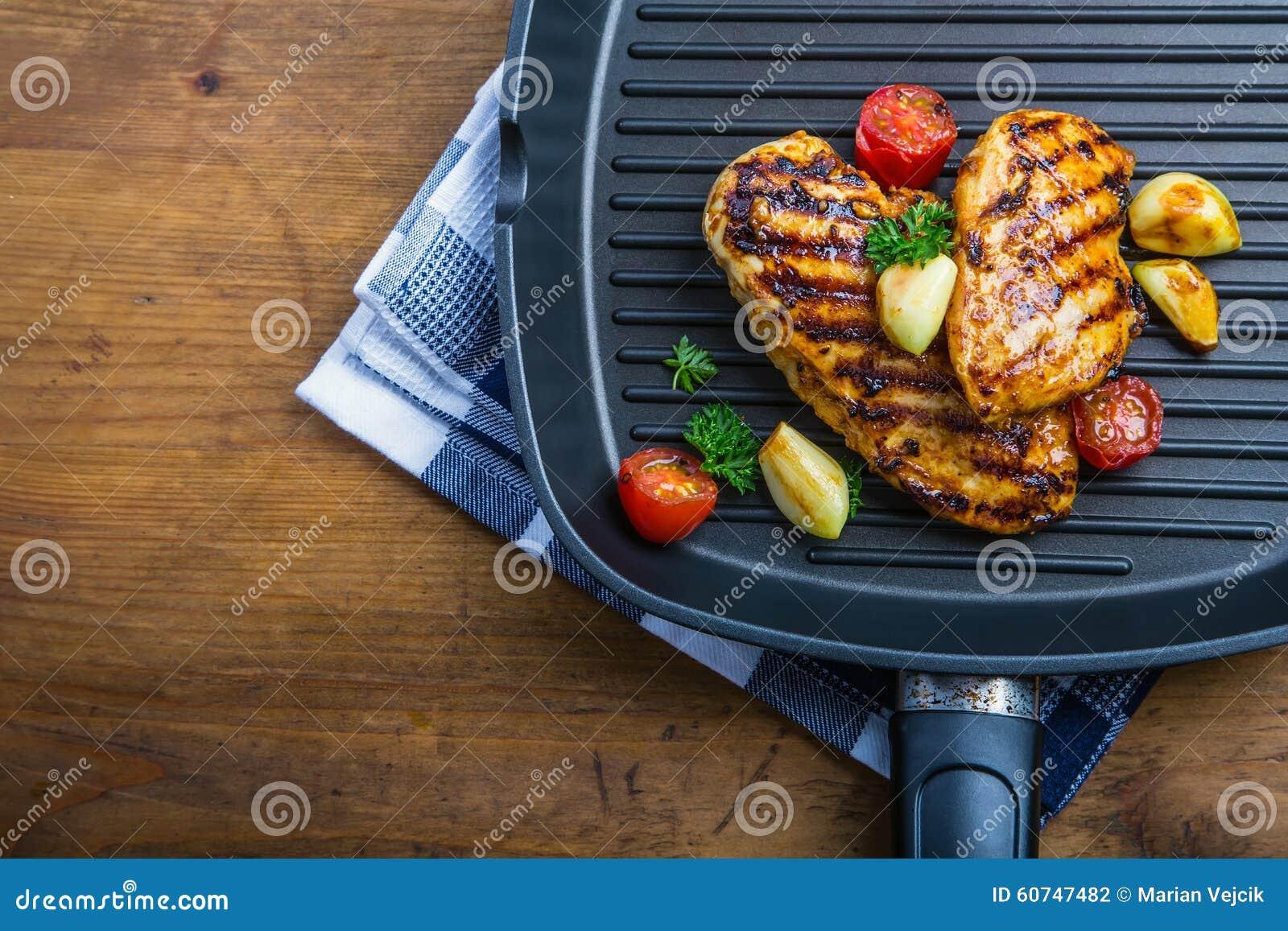 Blanc de poulet grillé dans différentes variations par rapport au tomat de cerise