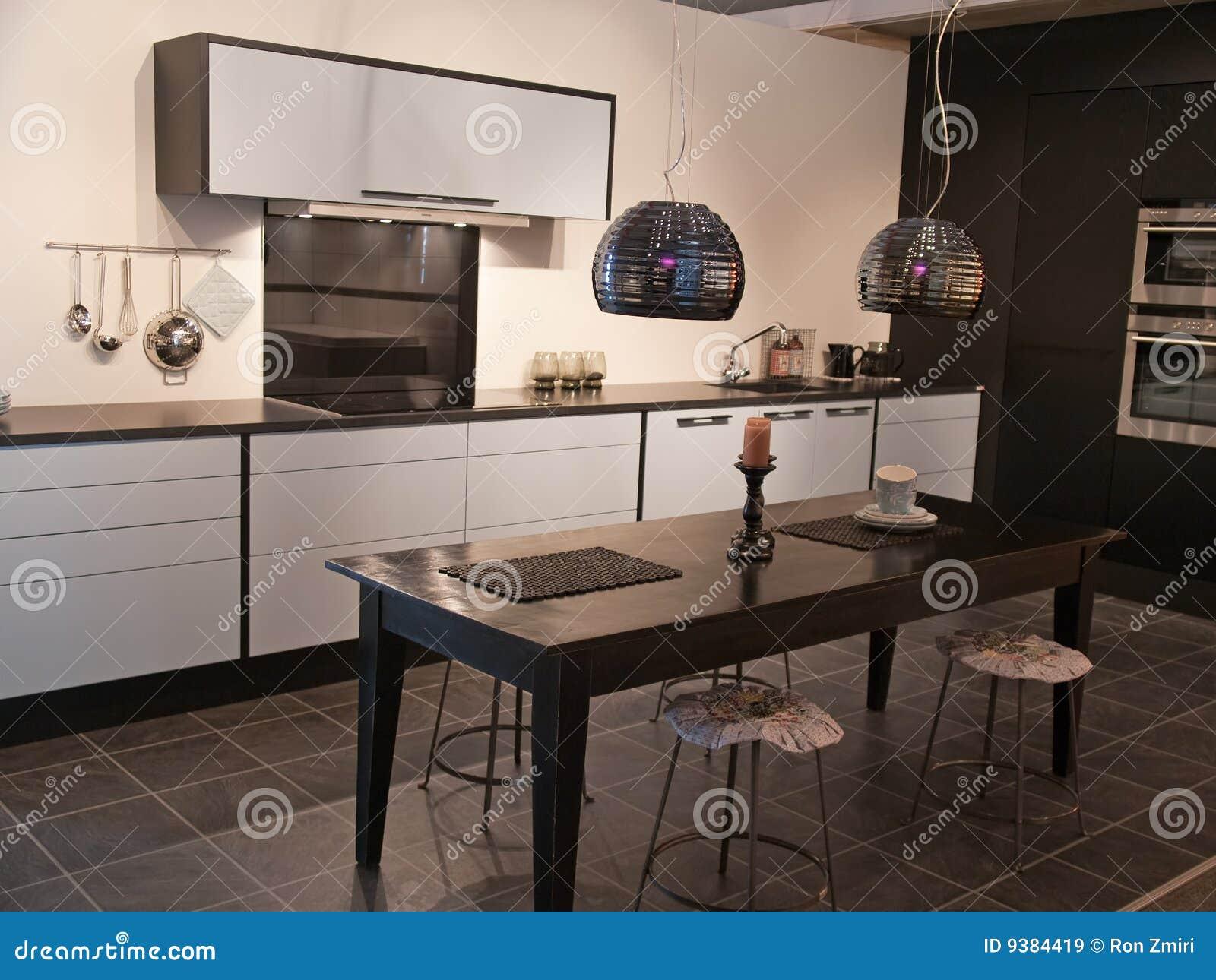 blanc dernier cri moderne de cuisine noire de conception image stock image du modules diner. Black Bedroom Furniture Sets. Home Design Ideas