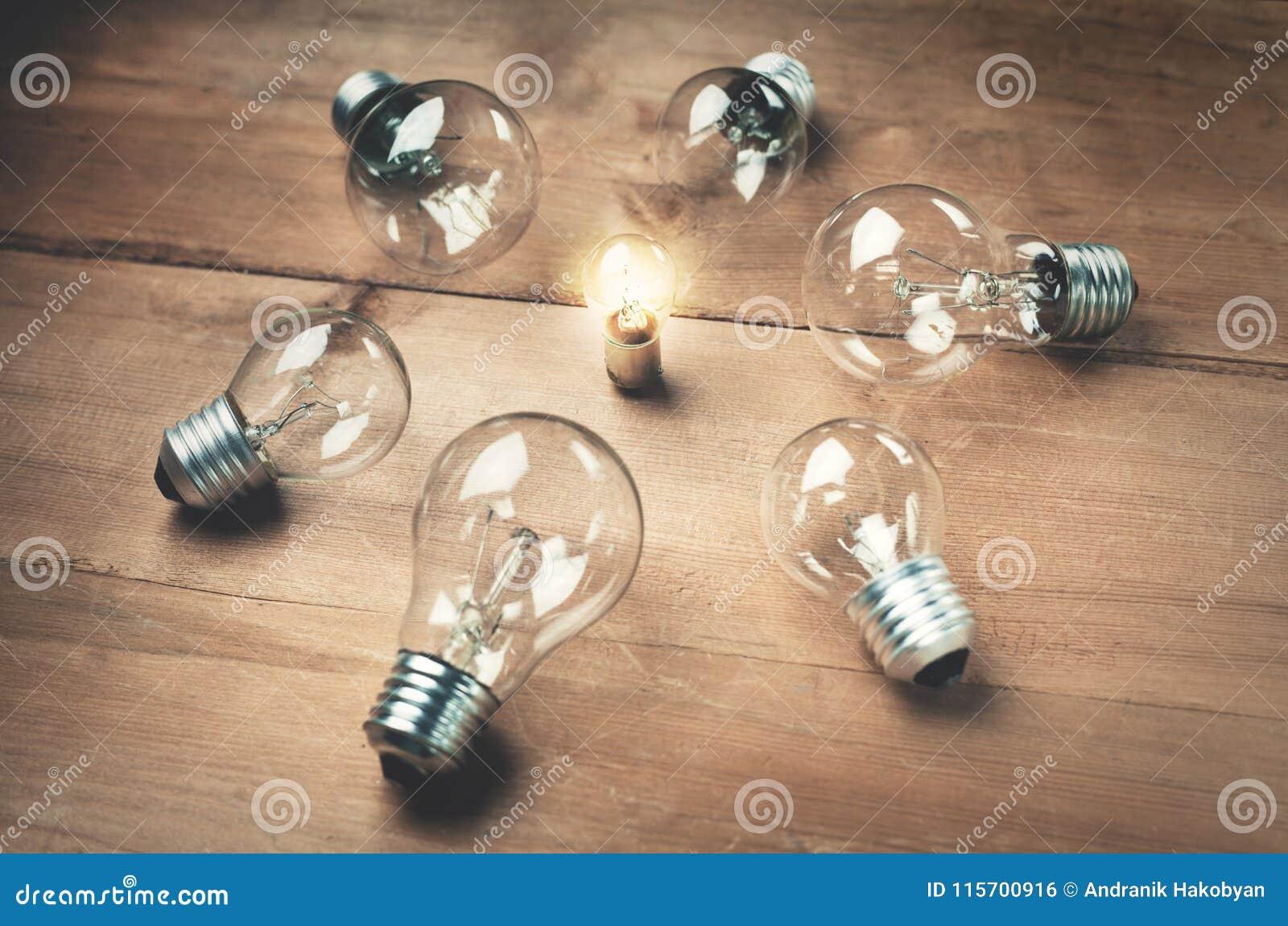 Blanc léger d isolement par ampoules Concept d amorce