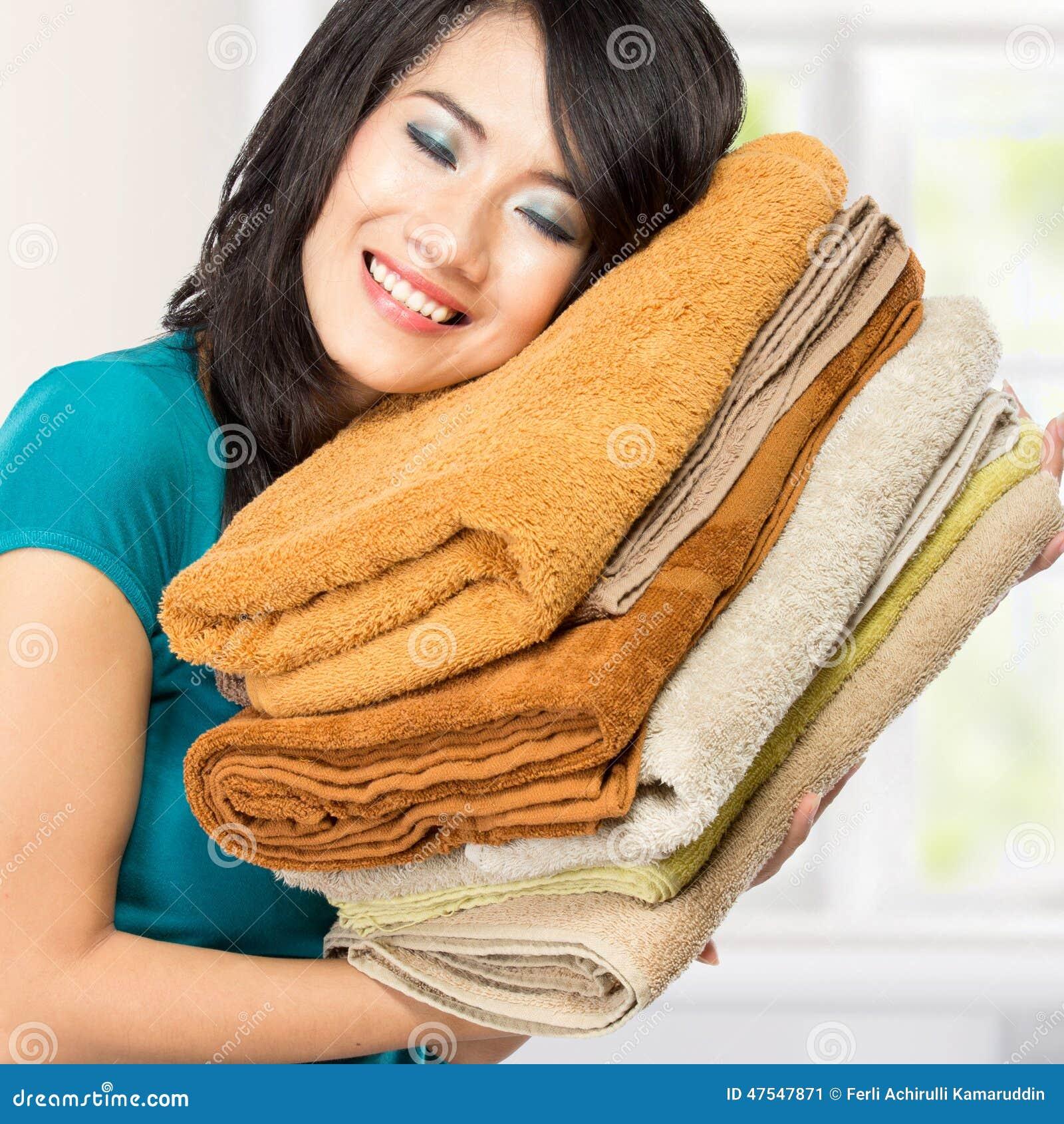 Blanchisserie fraîche d odeur de femme au foyer