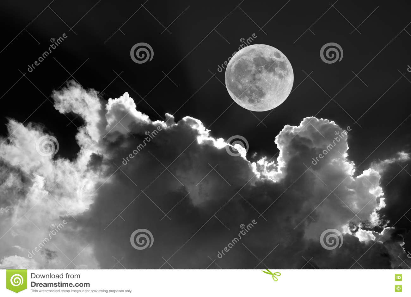 Blanco y negro de la Luna Llena en cielo nocturno con las nubes iluminadas por la luna soñadoras