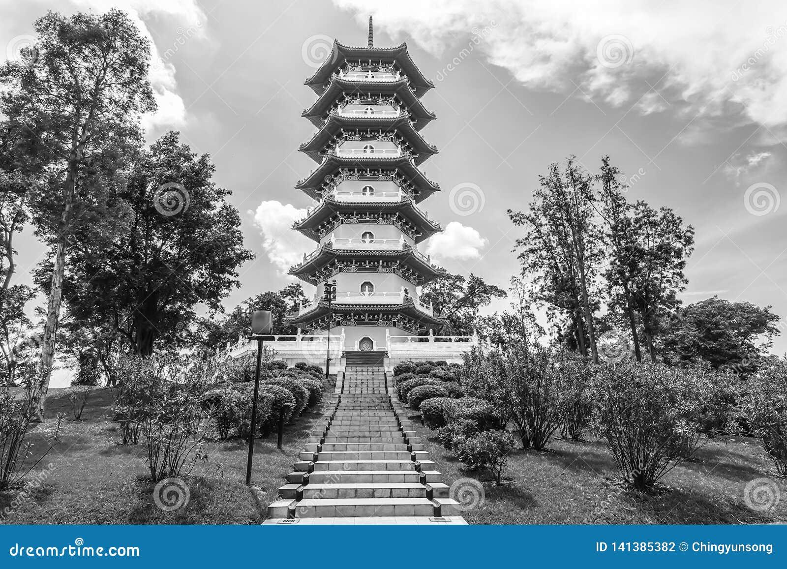 Blanco y negro de la pagoda china de los jardines es uno de los iconos más reconocibles de Singapur